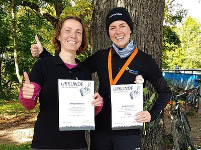 Betty Hebecker und Sarah Reiners mit ihren Urkunden vom 44. Jenaer Kernberglauf