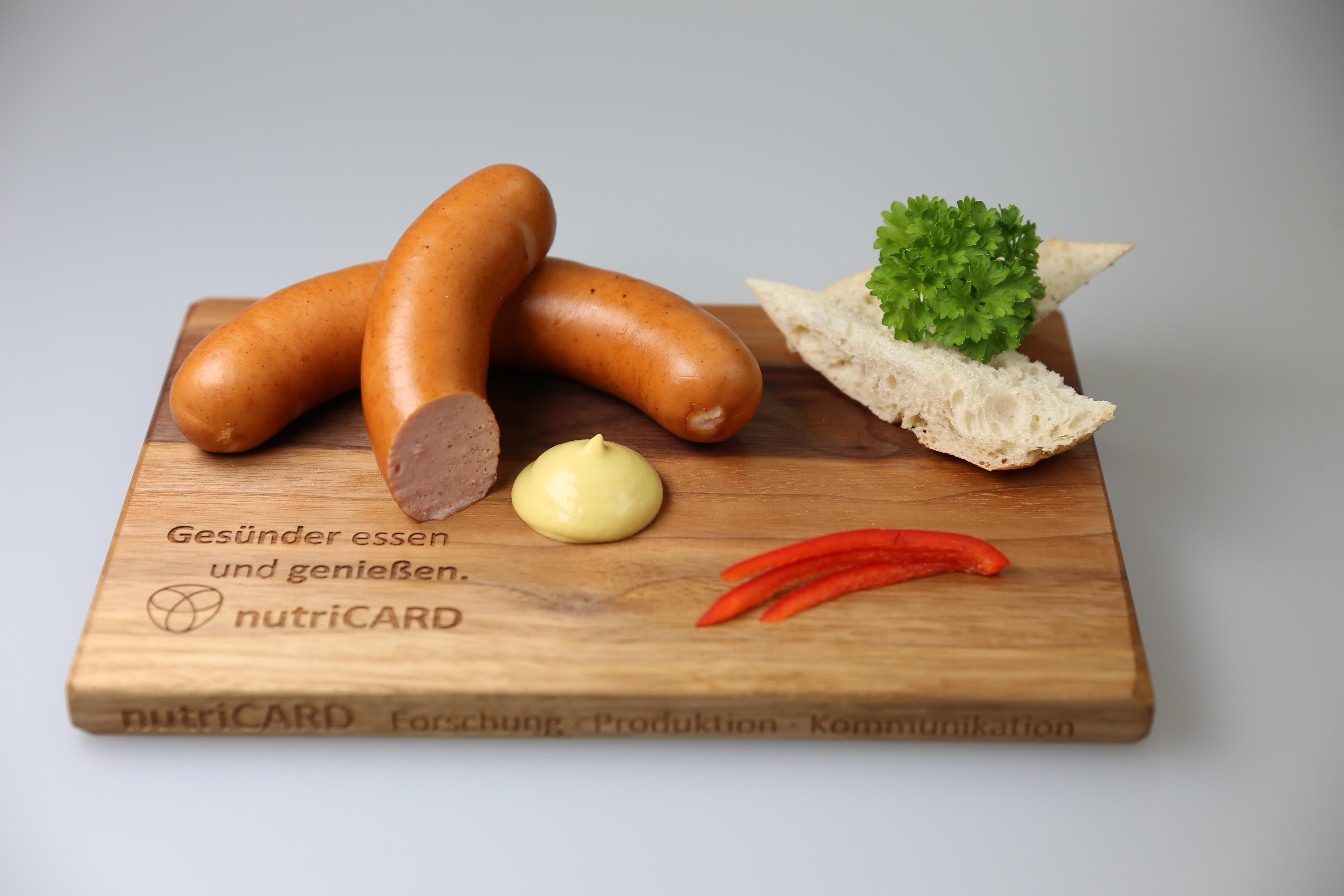 Knackige und herzhafte nutriCARD-Bockwurst: Fast ein Drittel fettreduziert und mit wertvollem Protein angereichert.